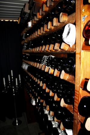 Vinkällaren är inte helt klar än. Här har Dennis återanvänt de gamla ribbstolarna som förvaring till vinflaskorna.