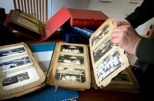 Albumen är gamla och tillverkade av papper med hög trähalt. Det betyder att de numera är väldigt sköra och faller sönder bit för bit varje gång man bläddrar i dem.