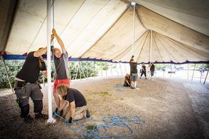 Det krävs några män och kvinnor för att resa det stora tältet där gästabudet Svineriet håller hus under Medeltidsdagarna. Närmast i bild Simon Laakso, Robert Persson och Joakim Söderberg. Foto: Lennye Osbeck