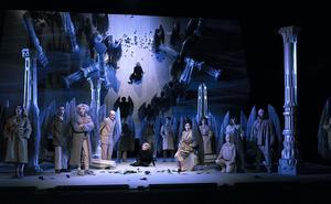 Orfeo (Susanna Levonen) försöker beveka furierna att lämna Euridice till henne. Scenbilden framstår som en rokokotavla. Bild: Micke Sandström