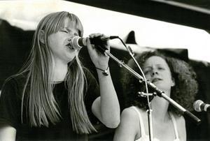 9 juni 1980. Bland de 20 olika band som stod på scenen har fotograf Stig Nyström fångat Karin Wistrand och Chris i Lolita Pop. Örebro Förenade Musiker, ÖFM, ordnade maratonlång musikfestival i Hästhagen från klockan 12 till klockan 24.