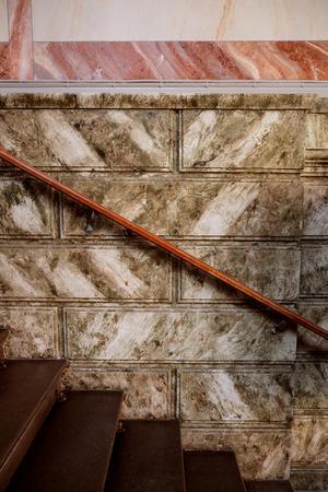 Marmortrappan i entrén ger ett pampigt första intryck.