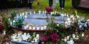 I minneslunden samsas både marschaller blommor, minnessaker, gravrosetter och gravljus. Allt bildar en stämningsfull samhörighet.