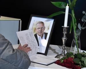 En kondoleansbok bredvid ett tänt ljus och ett fotografi på Benny Fredriksson på Kulturhuset i Stockholm. Benny Fredriksson var under många år chef för Stadsteatern i Stockholm och han avled 58 år gammal. Foto: Claudio Bresciani / TT