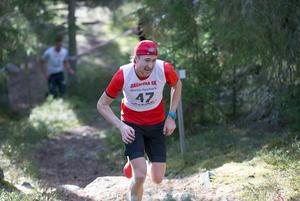 Jonas Eriksson på väg mot segern. Calle Halfvarsson syns längre ner i backen.