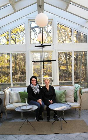 Kolsvabon Diane Anders och delägaren Linda Wiborg i orangeriet.