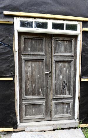 Parytterdörren som sitter på plats i dag är troligen från mitten av 1800-talet.