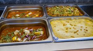 Här ser vi några av rätterna på denna dags buffé, bland annat Beef Madras och en helt vegetarisk rätt.