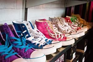 Converse--skor är det som oftast gäller till vardags. I alla fall när vädret tillåter det. På vintern ersätts de av snörkängor.