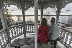 """Från tornet har man milsvid utsikt över Storsjön och den Jämtländska fjällvärlden. """"Det är en vacker utsmyckning, man bygger inte på det här viset nu för tiden. Vi är lyckligt lottade"""", säger Ann Svärd."""