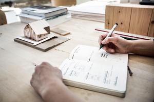 – Många som går till en arkitekt tror att den gör bara det som syns, men jag tycer att det är viktigt att ha bra material hela vägen, säger hon.