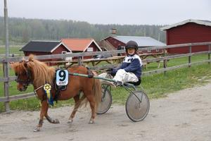 Max Nordmark Tybeck fick flera gratulationer efter att han hade lämnat banan. Han vann det ena ponnyloppet tillsammans med hästen Kraterns Poseidon.