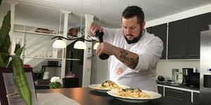 """Den sista touchen innan pasta med räksås kan avnjutas. """"Det där med uppläggning är inte min starka sida"""", säger han mellan peppardragen."""