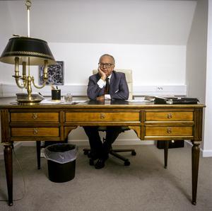 Carl-Eric Björkegren skulle ha varit 98 år om han levat idag. Här vid sitt skrivbord på arbetsrummet. Bilden är från 1991.  Bild: Leif R Jansson / TT