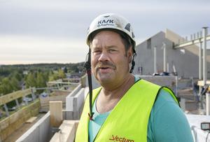 Alf Hedlund berättar att nästintill alla betongarbeten är klara på husen.