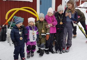 Foto på segrarna i respektive klass i Söbilôpe med sina segerplaketter. Fr v: Filip Haga, Felicia Juhl, Viktor Viklund, Tuva Öhrn, Tilde Öhrn och Johan Belander. Foto: privat.