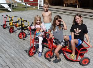 Syskonen Leonore, Junior, Lea och Liv de Keiser hade roligt med lekredskapen medan mamma och pappa fikade.
