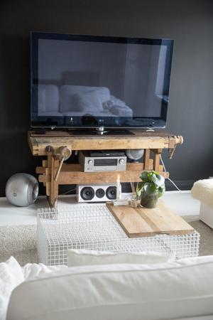 I vardagsrummet har en fondvägg målats svart.  Hos familjen Stoor står TV: n på en gammal snickarbänk istället för på en vanlig mediamöbel.