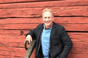 Att skriva sina egna pjäser gör att arbetet som regissör får ytterligare en dimension förklarar Robert Sjöblom. Stora dela av Roslagen brinner skrevs framför den öppna spisen på Björkö.