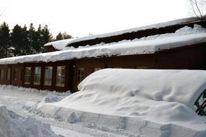 När snön från de övre taken rasar ner kommer konstruktionen på de undre taken att utsättas för mycket hög belastning.