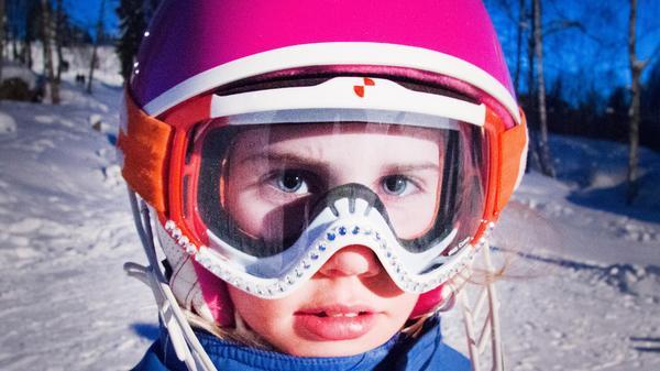 Ronja Wester har pimpat sina slalomglasögon precis som Frida Hansdotter, med strass. Hon och hennes mamma har limmat dit dem på egen hand.