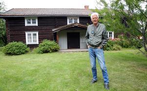 Lars Nises, (C), Tekniska nämndens ordförande i Mora framför den  vackra Länsmansgården i Mora Noret.