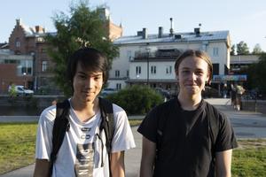 Oscar Wattman och Arvid Sturesson var lite osäkra på vad de skulle testa först under ungdomskvällen.