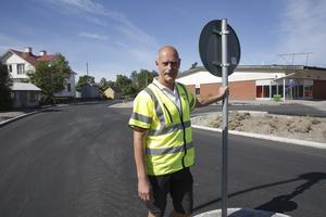Sedan några veckor är den förlängda delen av Timmermansvägen öppnad för trafik, berättar Michel Hendberg vid Bro & Väg Mälardalen AB. Det som återstår är att  få upp gatlampor, asfaltera gångvägen och sätta upp bullerplank.