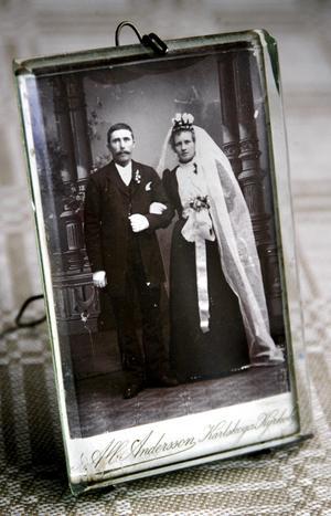 Brudparet. Ett foto från tiden när Anna och Axel Fransson blev makar berättar om en tid som flytt. BILD: BIRGITTA SKOGLUND