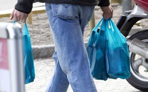 Att sälja, låna ut eller ge  bort alkohol till minderåriga räknas också som att langa.