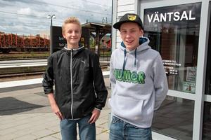 Två blivande fotbollsdomare är Färilapojkarna Albin Eriksson och Erik Gratias.