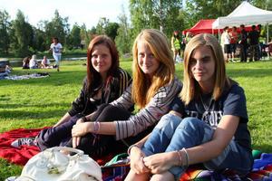 Jennifer Johansson, Maja Axell och Lynn Rensbo lyssnar på musik, spelar volleyvoll och umgås.
