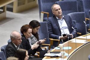 En bekymrad Jonas Sjöstedt (V) följer debatten i riksdagen inför omröstningen om id-kontroller.
