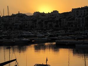 Solnedgång vid hamnen i Puerto Banus