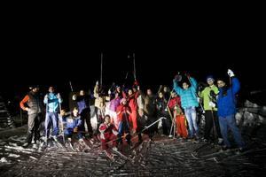 Många ville vara med och åka skidor i Grytan på tisdagskvällen. De flesta är syrier och både föräldrar och barn är med.