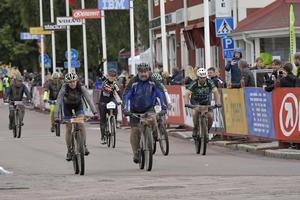 Leriga cyklister med Adam Alsing rullar i mål.