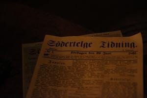 Gammal tidning på ett bord i Pagelska gården.