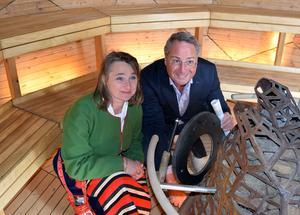 Annette Riesbeck och Göran Sundin tände i bastukaminen.