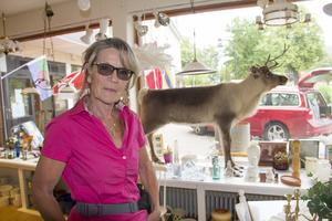 Marianne Källman Ågren, vice ordförande Omtanken, har köpt den rosa blusen hon bär för 10 kronor i butiken.