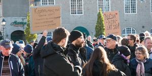 Trots stödaktioner för Kolsva kommundelsnämnd, som demonstrationen på Stora torget i Köping i söndags, så tyder det mesta på att den politiska majoriteten fortsätter forcera ärendet i mål via ett extra fullmäktige i nästa vecka.