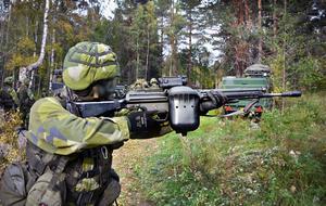 Personen på bilden har ingen koppling till texten.  Det har däremot vapnet som är en  en AK4  av den typ som hemvärnssoldaterna i Västmanlandsbataljonen är  utrustade med.  Arkivbild  från 2018.