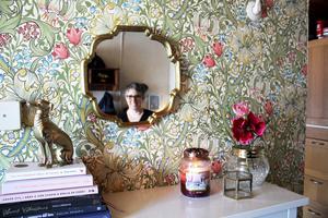 Åsa Hansson älskar färger och har massa olika fina tapeter hemma. Den här heter Golden Lily och kommer från William Morris.