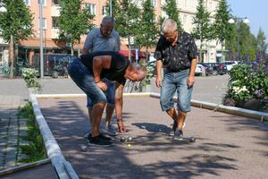 Dick Engström, Ralph Engdahl och Leif Bergdahl  spelar boule på Kumla torg.