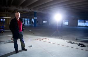 Peter Stenberg berättar i november 2013 om det pågående mångmiljonprojektet i Birsta.