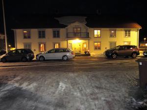 Inne i lokalen pågick festligheterna, men på gatan blockerade gästernas bilar gångtrafiken.