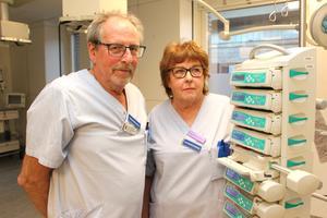 Arne Johansson och Lena Thilas Strand jobbar vidare på intensivvårdsavdelningen vid Gävle sjukhus trots att de är pensionerade.