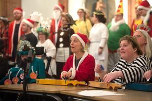 Matilda och Anna spelar de fina julsångerna på deras instrument.