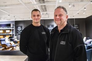 Mikael Larsson, som driver Mio-butiken i Bollnäs tillsammans med systern Lena Lindberg, har hjälp av butikschefen Christian Larsson.