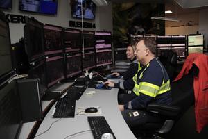 Claus Zetterberg och Karina Schang övervakar produktionen av fluffmassa på Skutskärs bruk.