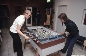 1970-tal - då gick det bra att spela fotbollsspel med pipa i munnen. Bilden från en fritidslokal i Örebro. Bildkälla: Örebro stadsarkiv/okänd fotograf